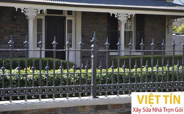 Chọn hàng rào sắt cần phù hợp với kiến trúc tổng thể của ngôi nhà