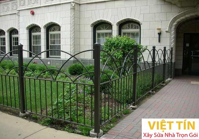 Hàng rào sắt giúp cho không gian tổng thể của ngôi nhà trở nên đẹp mắt và ấn tượng hơn