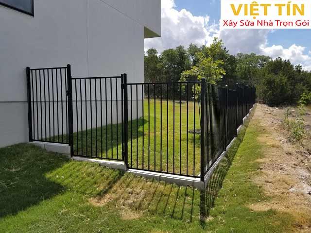 Mẫu hàng rào sắt đặc với thiết kế đơn giảm nhưng không kém phần nổi bật