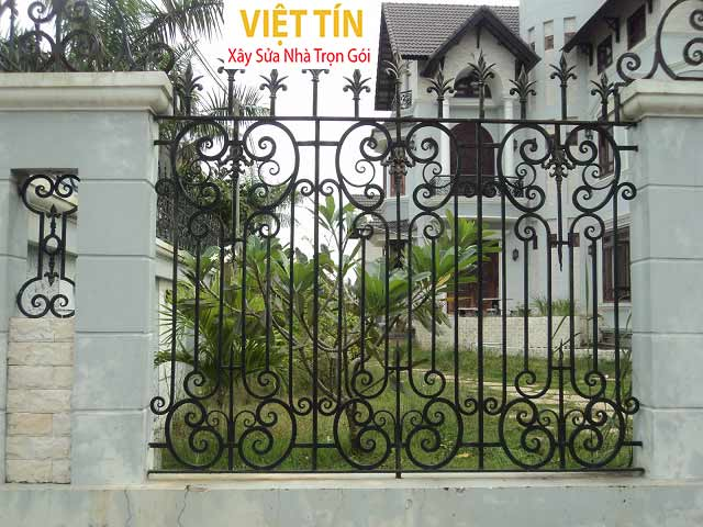 Mẫu hàng rào sắt hoa văn được thiết kế cầu kỳ tinh tế mang lại vẻ đẹp sang trọng cho ngôi nhà