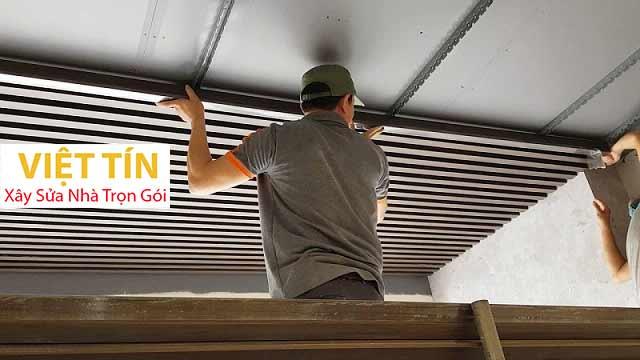 Thi công trần nhôm là lắp đặt các tấm nhôm lên hệ khung