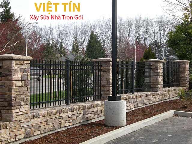 Ưu điểm nổi bật của hàng rào sắt chính là độ bền, độ cứng cáp và vững chắc theo thời gian