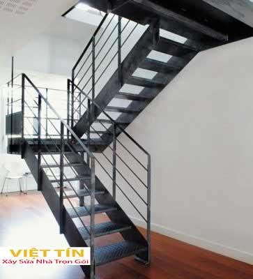 mẫu 1 cầu thang bằng sắt thiết kế đơn giản