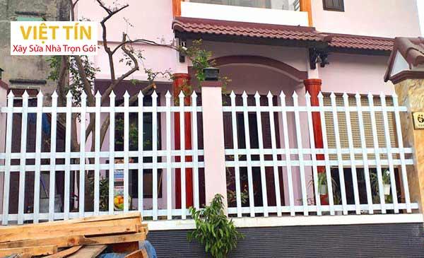 mẫu hàng rào sắt hộp màu trắng