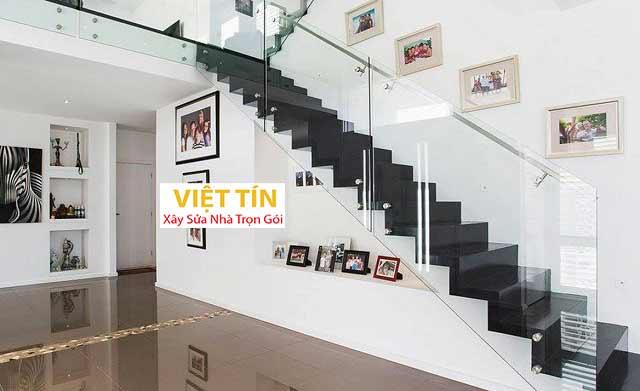 Cầu thang kính có trụ đảm bảo sự chắc chắn và an toàn cho cầu thang