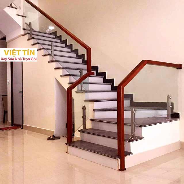 Cầu thang kính cường lực đang là xu hướng lựa chọn phổ biến của nhiều gia đình