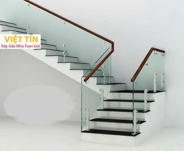 Cầu thang kính giúp tận dụng được nguồn sáng tự nhiên vào nhà