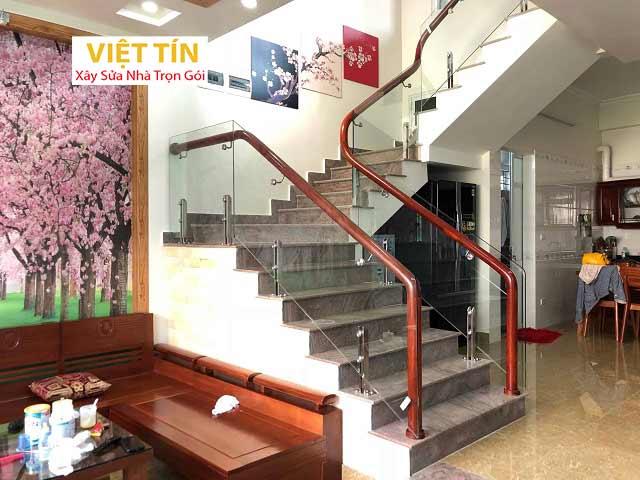 Cầu thang kính tay vịn gỗ mang vẻ đẹp sang trọng và hiện đại