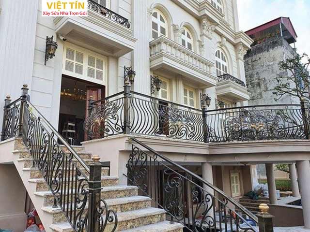 Cầu thang sắt mỹ thuật phù hợp với những ngôi nhà biệt thự