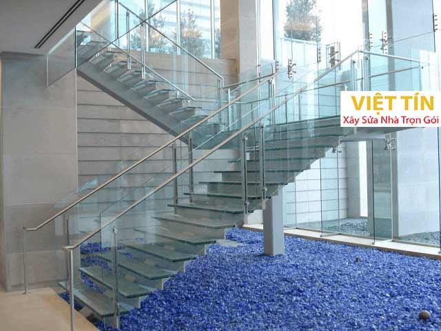 Lắp đặt cầu thang bằng kính cường lực cần đảm bảo yếu tố thẩm mỹ và an toàn