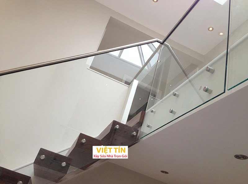 mẫu số 45 cầu thang kính tay vịn inox