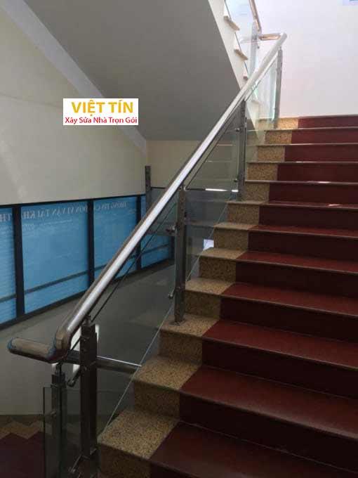 mẫu số 47 cầu thang kính tay vịn inox