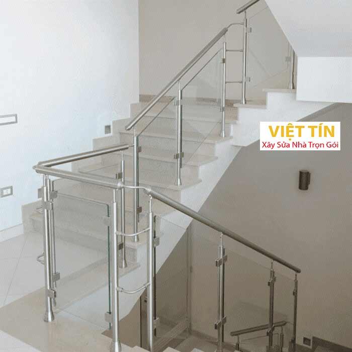 mẫu số 50 cầu thang kính tay vịn inox
