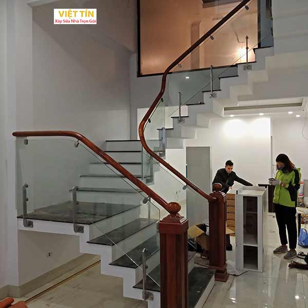 mẫu số 12 cầu thang kính trụ lửng
