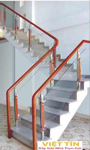 mẫu số 32 cầu thang kính tay vịn gỗ