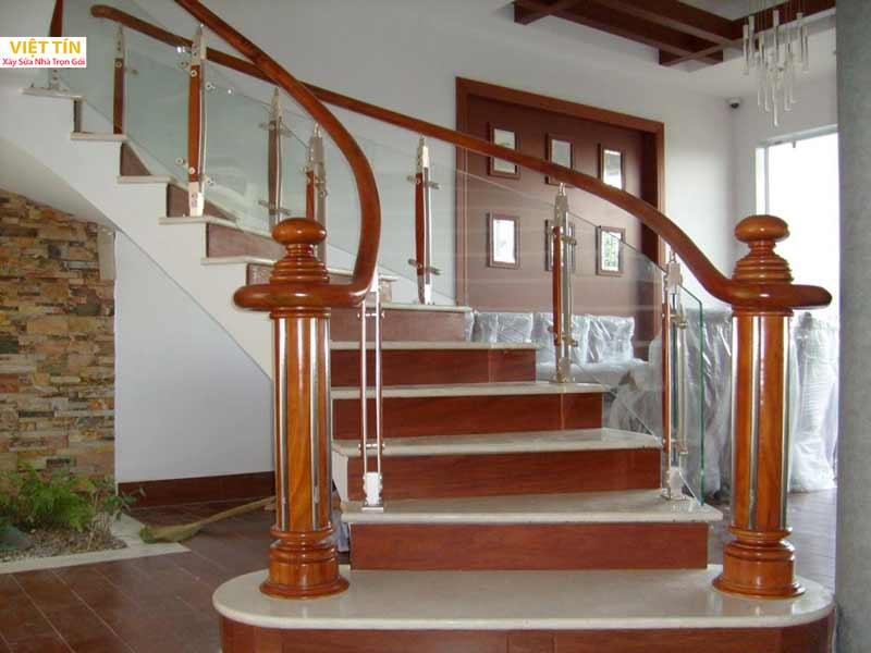 mẫu số 35 cầu thang kính tay vịn gỗ