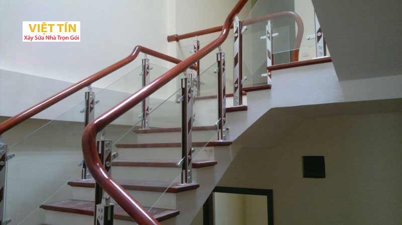 mẫu số 40 cầu thang kính tay vịn gỗ