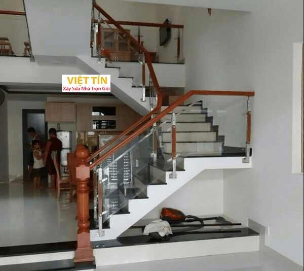 mẫu số 7 cầu thang kính trụ dài